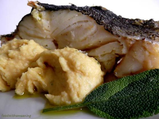 Bacalhau assado com puré de grão e sálvia