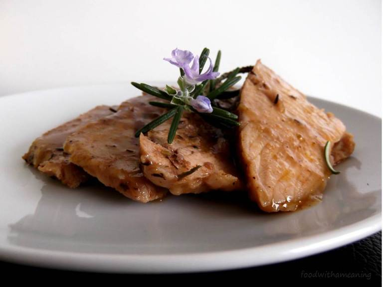 pá de porco fatiada com alegrim em flor_foodwithameaning