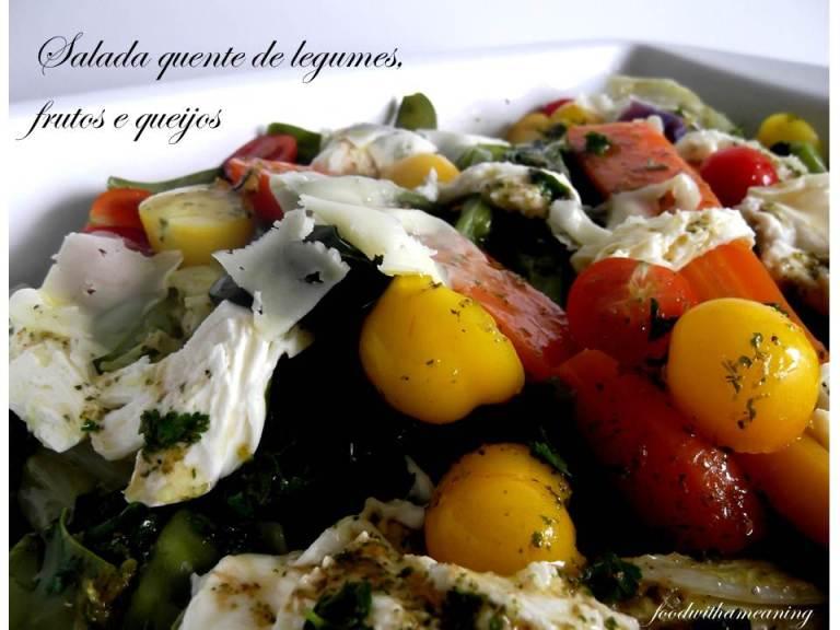 salada quente de legumes, frutos e queijos