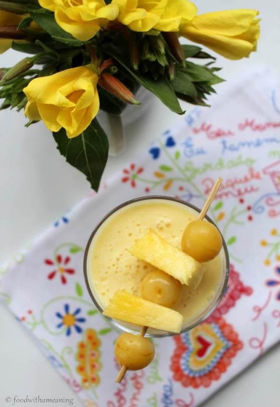 batido de abacaxi e cereja amarela em calda
