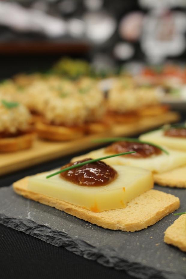 tosta melba com queijo de ovelha , doce de figo e cebolinho