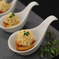 Crostini com brigadeiros de queijo de cabra