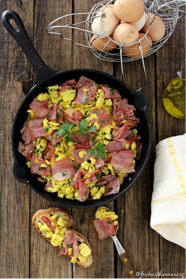 ovos mexidos com bacon, cebolinho e salsa