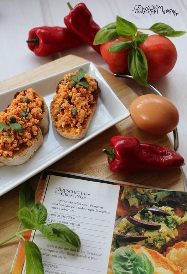 bruschettas de ovo, tomate e alcaparras