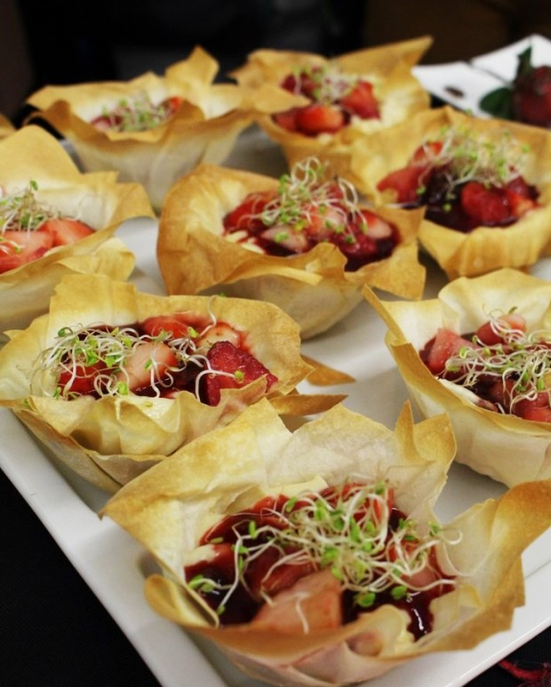 Flores de massa filo com morangos, creme inglês e topping de chocolate
