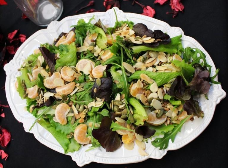 Salada Baby-Leaf com clementina, sementes de sésamo e amêndoa laminada