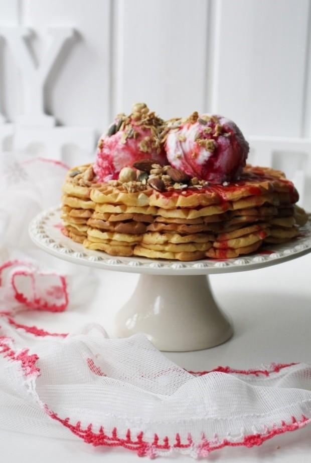 waffles_gelado de nata e coulis de morango_foodwithameaning