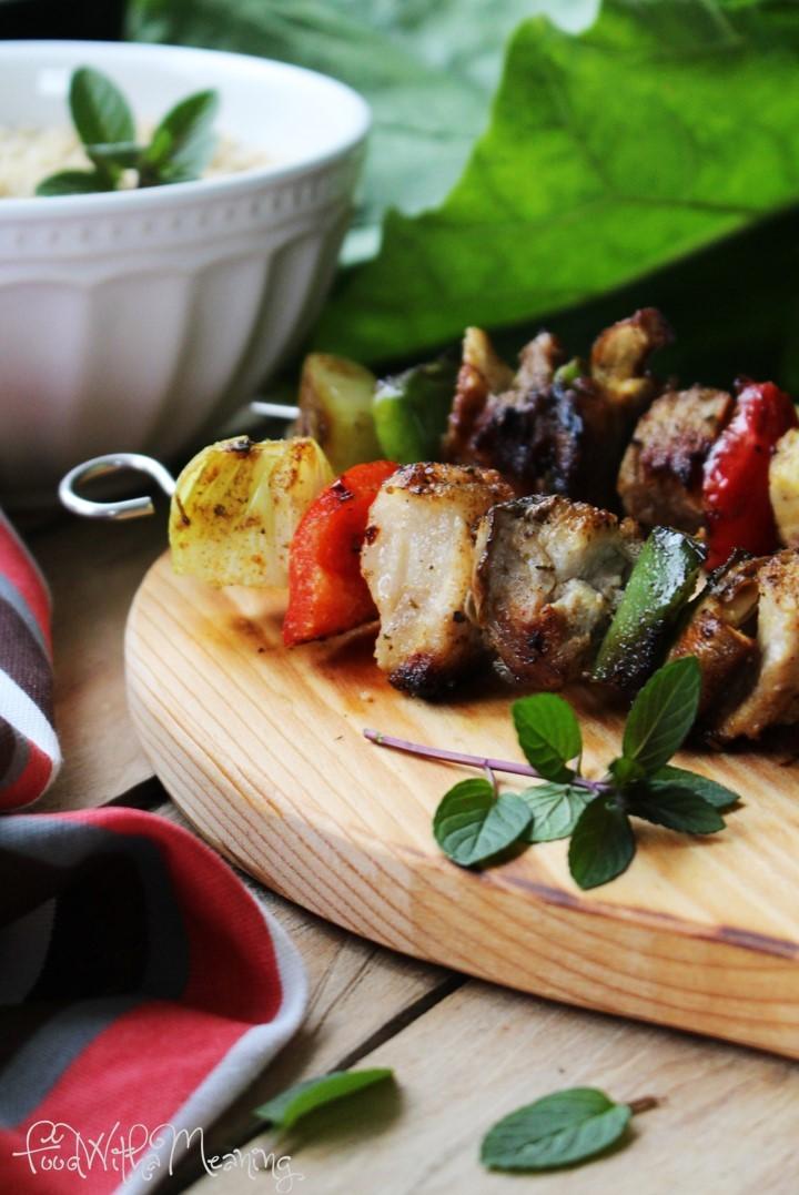 espetadas de secretos de porco com cogumelos e quinoa