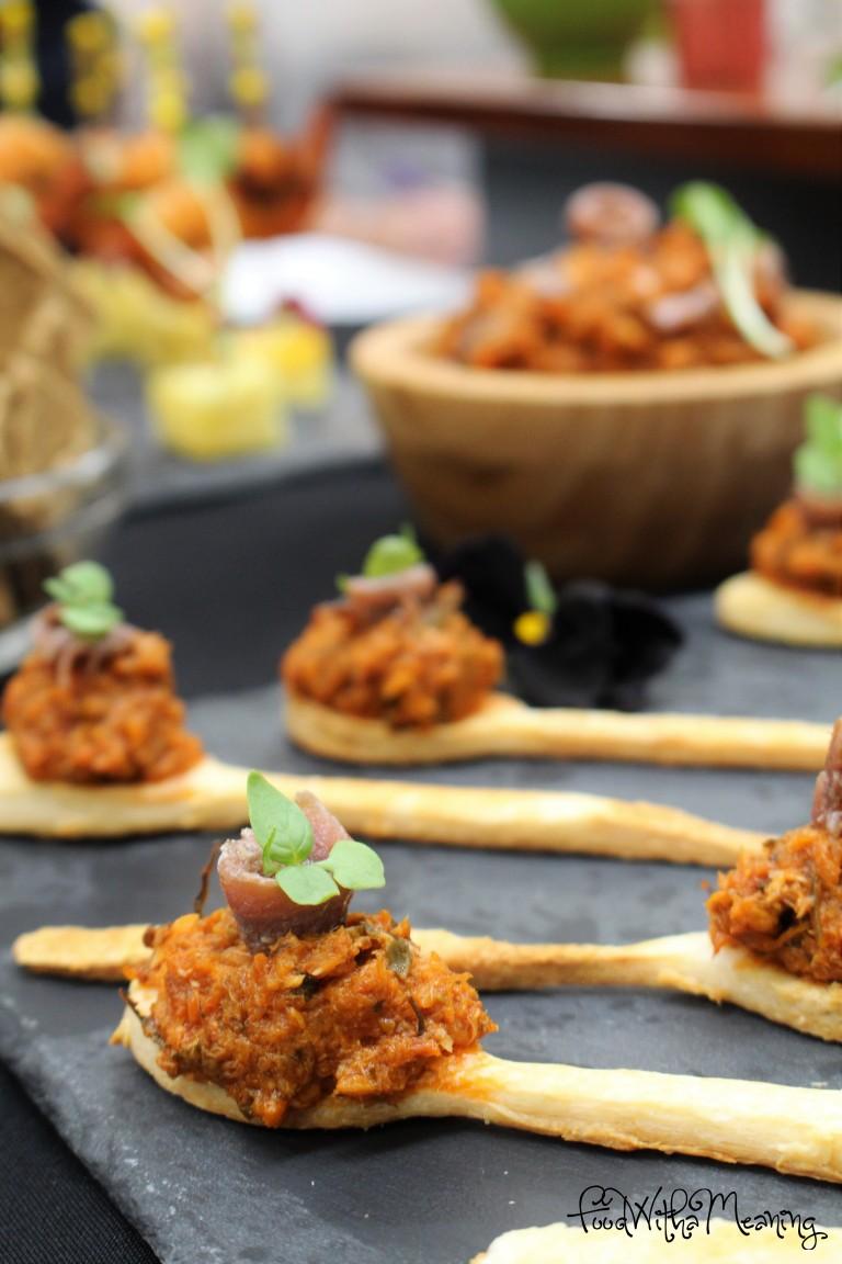 Colheres de massa folhada com paté de cavala e tomate seco com topping de anchova e micro manjericão