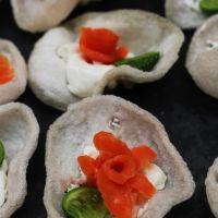 Uma entrada surpreendente...flores de hóstias com salmão