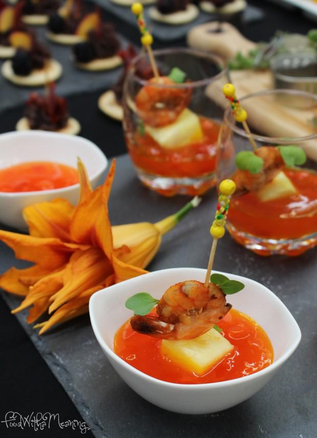 Tapa de Camarão Picante com abacaxi e molho de manga (decoração com micro verdes de rabanete e flor comestível)