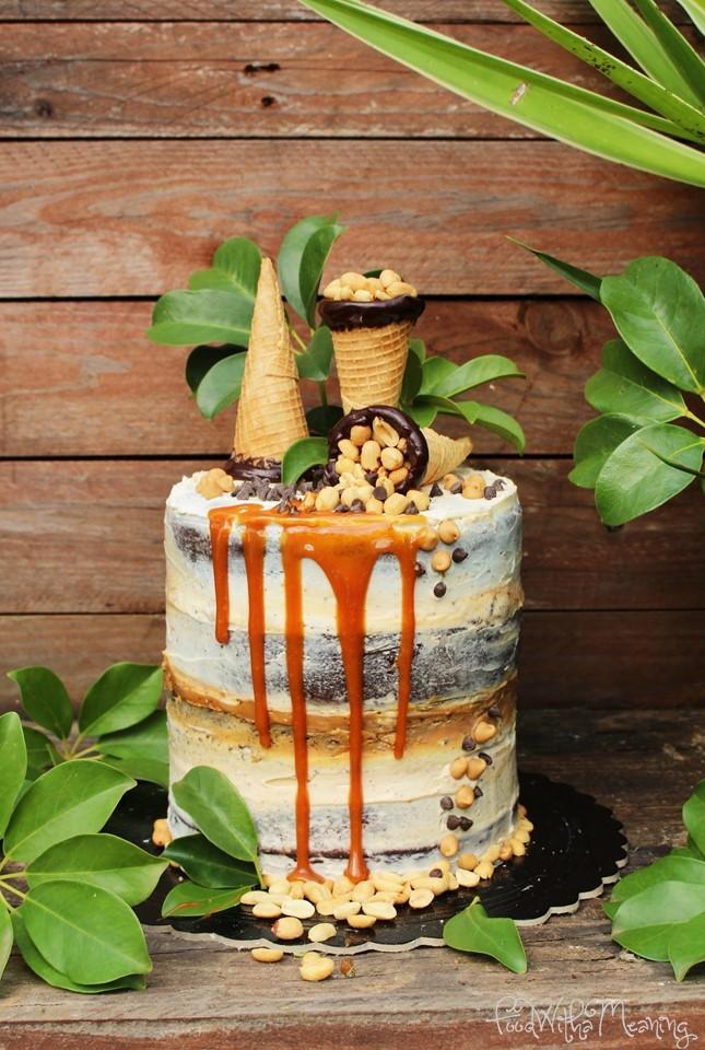 naked cake de chocolate e manteiga de amendoim com caramelo salgado