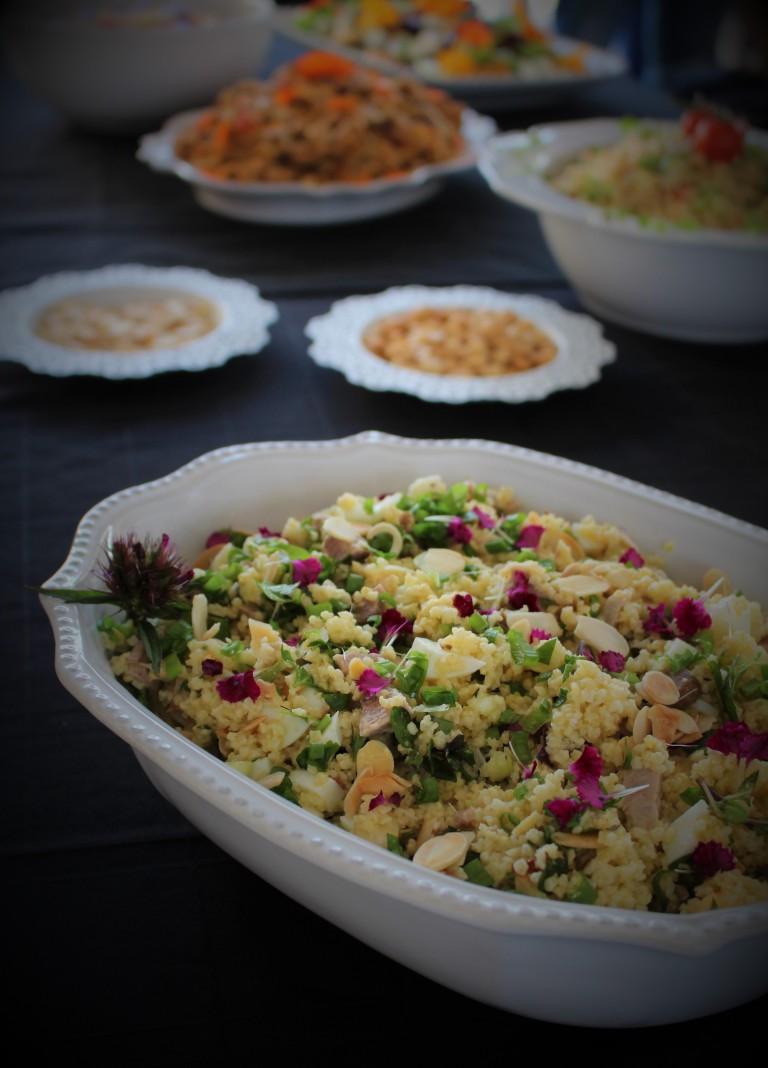 salada de millet, peru, hortelã e amêndoa com pétalas de cravo
