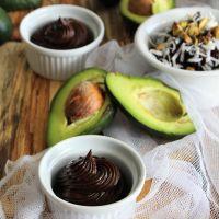 Mousse de abacate com chocolate e pistácios