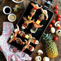 Espetadas de lombo de atum com sésamo, camarão, cogumelos, abacaxi, pimento, cebola