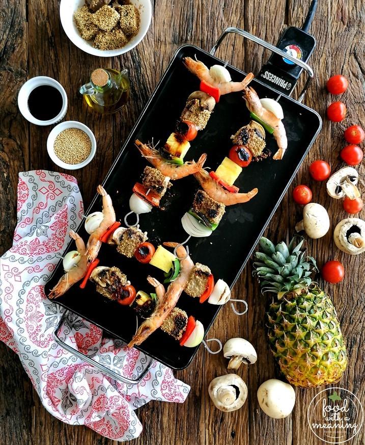 Espetadas de Atum e sésamo, com camarão, cogumelos e abacaxi