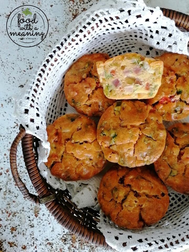 Muffins de bacon, chourição e fiambre com pimentos e cebolinho.