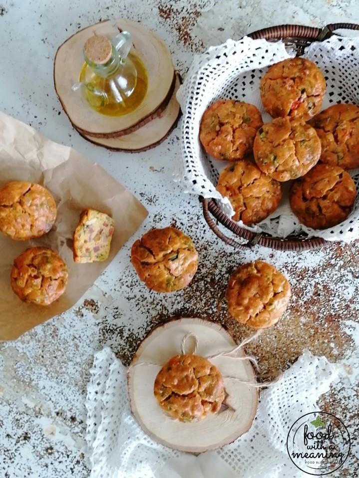Muffins de bacon, chourição e fiambre com pimentos e cebolinho