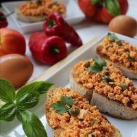 Bruschettas de ovos com tomate, alcaparras e manjericão