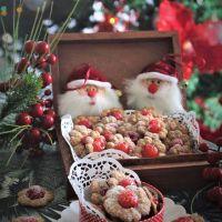 Bolachas natalícias de aveia, espelta e cereja em calda