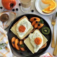 Torradas com queijo flamengo, ovo a cavalo e fruta