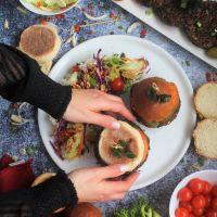 Hambúrgueres de feijão preto com aveia, pimentos e especiarias