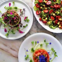 Salada de pepino e morangos com vinagrete de laranja