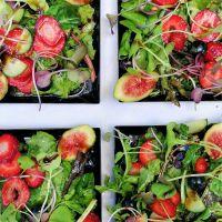 Salada Mix de Folhas Bio com queijo fresco, frutas, vinagrete de laranja e sementes de abóbora